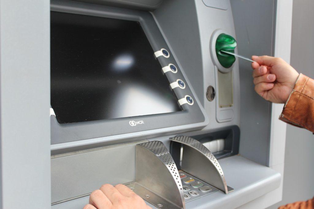 сколько допускается снимать наличных с банковской карты
