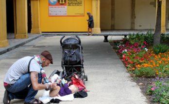 Отец получает отпуск за свой счет при рождении ребенка.