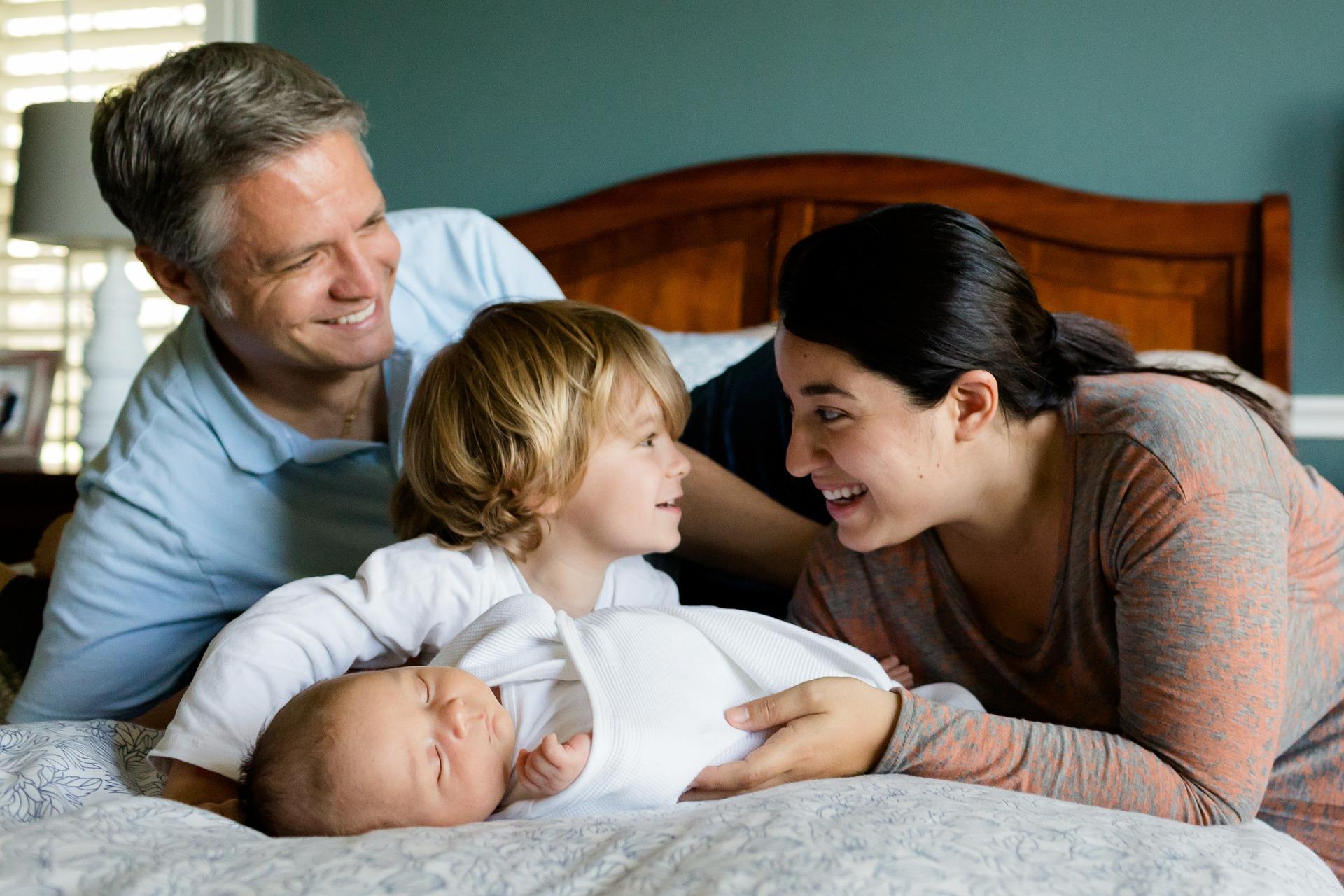 Какие документы нужны для признания семьи малоимущей, как их подготовить, куда обращаться для получения статуса, список доступных льгот
